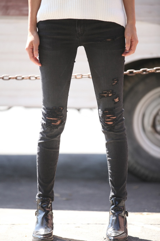 diy distressed skinny jeans close up